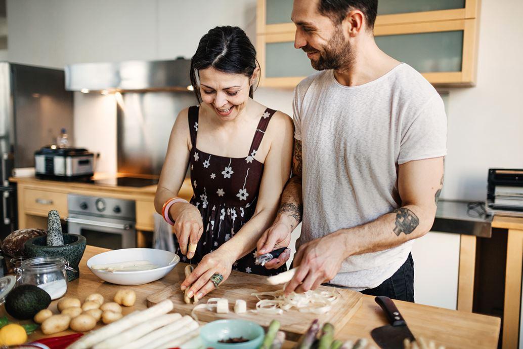 Gelukkig stel bereidt eten in de keuken