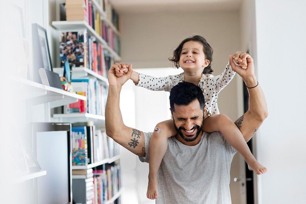 Vader met dochter op zijn schouders
