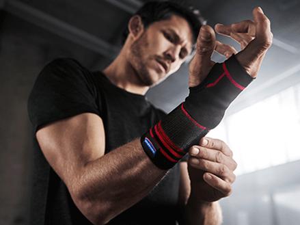 Mann beim Training mit Sport-Handgelenksbandage